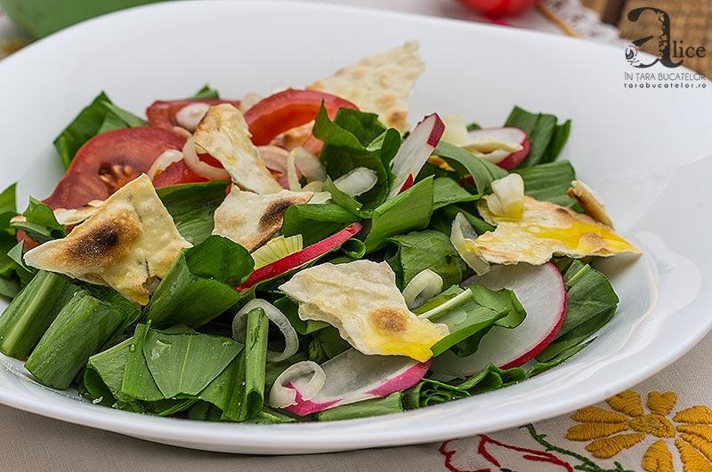Salata de leurda cu rosii si lipie
