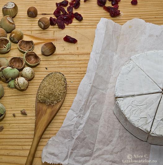 Camembert in crusta cu alune de padure, merisoare si rozmarin