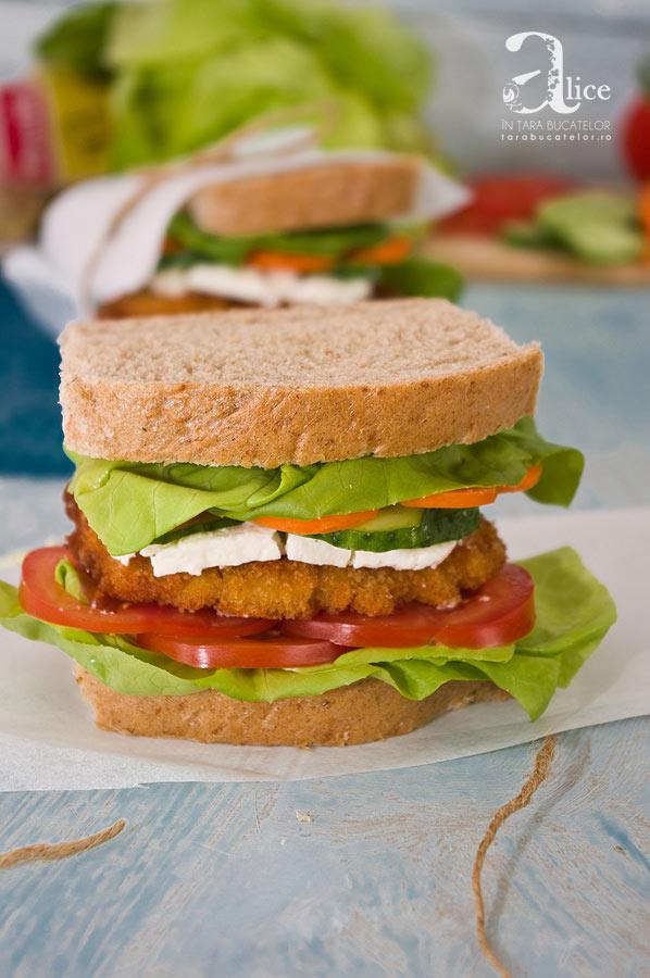 Sandwich cu piept de pui si telemea de capra