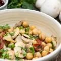 Salata vegetariana cu naut si ciuperci