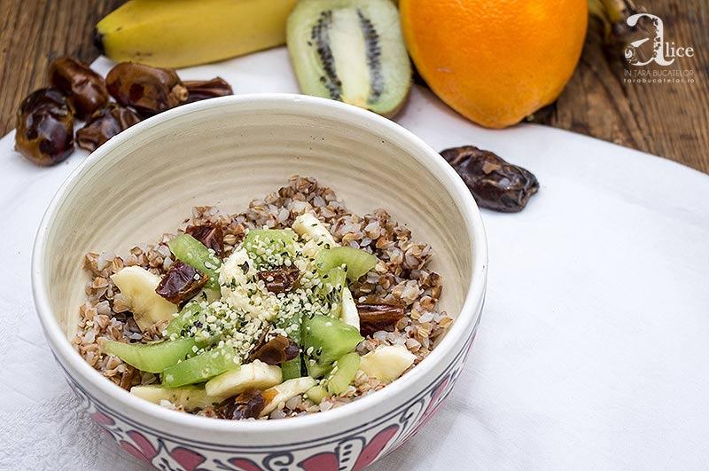 Mic dejun cu hrisca si fructe