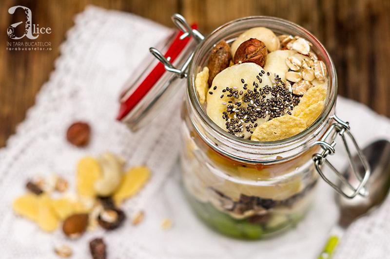 Salata la borcan cu fructe tropicale si musli