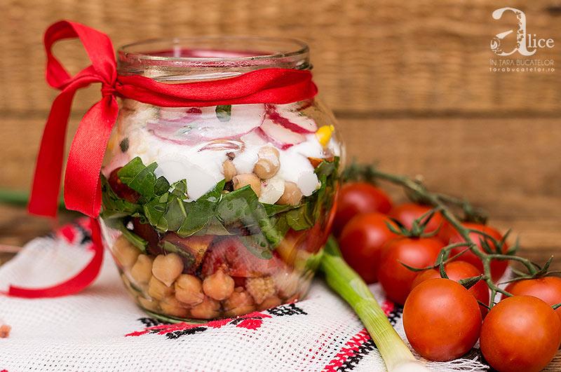 Salata la borcan cu naut si branza de burduf