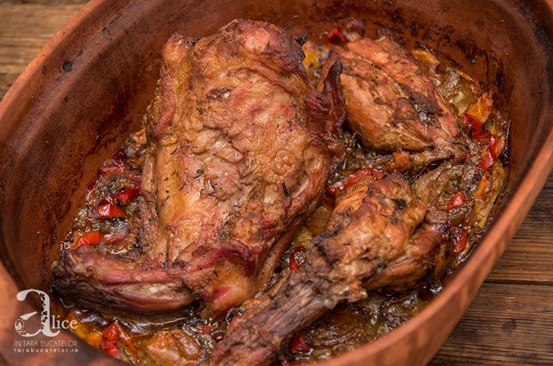 Friptura de iepure pe pat de legume