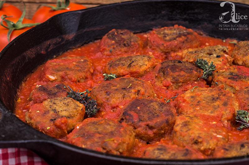 Chiftele de ciuperci si naut cu sos de rosii