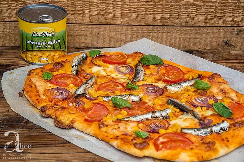 Pizza cu sardine si porumb
