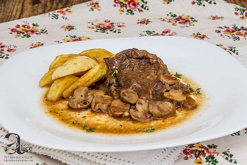 Pulpa de vitel cu sos de ciuperci