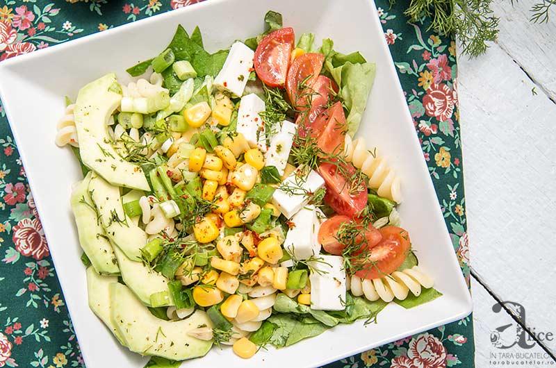 Salata cu paste si porumb