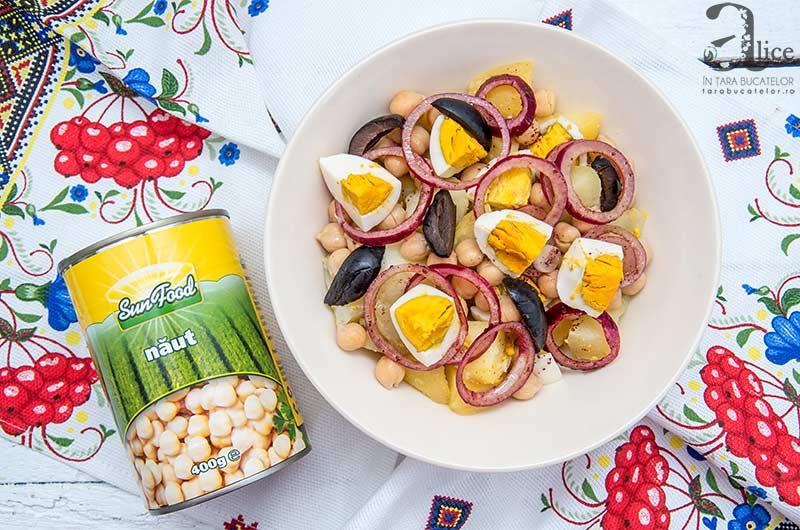 O salata calda de cartofi si naut speciala pentru perioadele reci, de toamna sau iarna, o salata bogata, aromata, dulce-acrisoara.