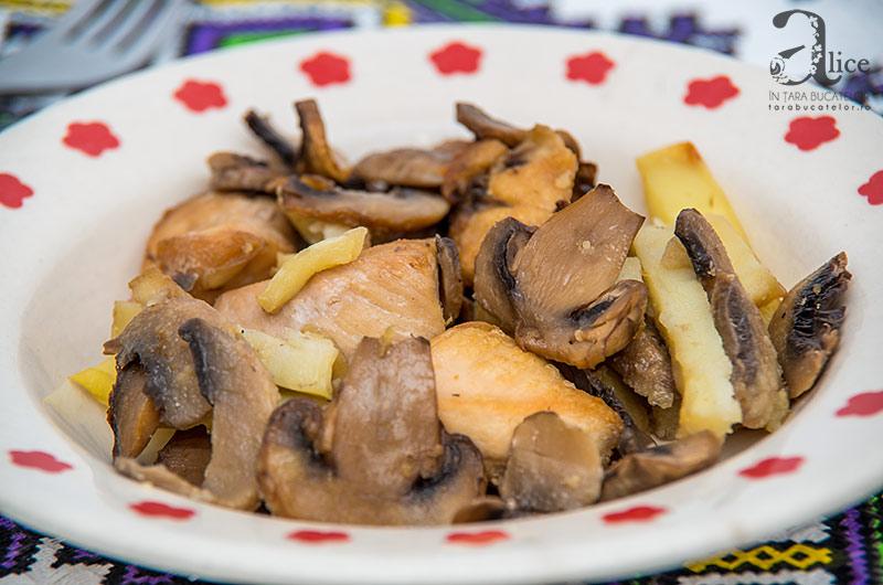 Pui cu ciuperci si cartofi la cuptor