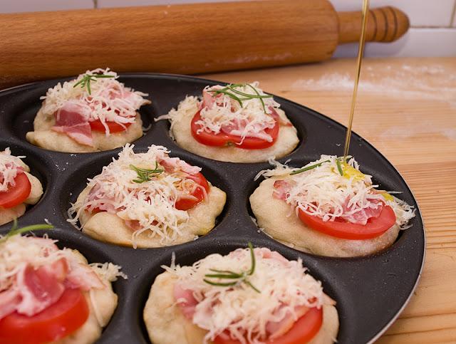 Aperitive aromate cu rosii si bacon pe blat de focaccia
