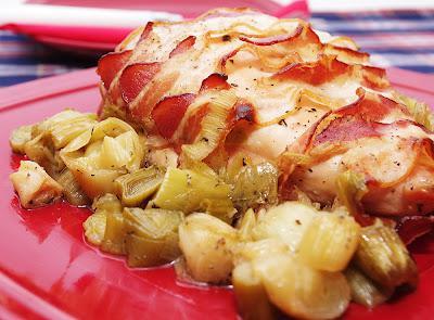 Piept de pui in bacon si praz