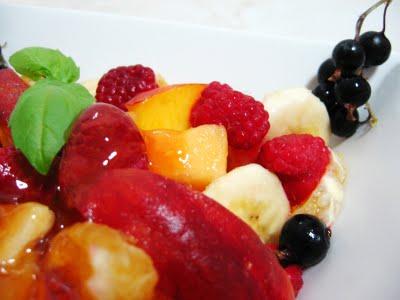 Salata de fructe cu serbet de lamaie si busuioc