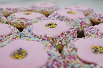 Tort din cupcakes Manunchi de flori